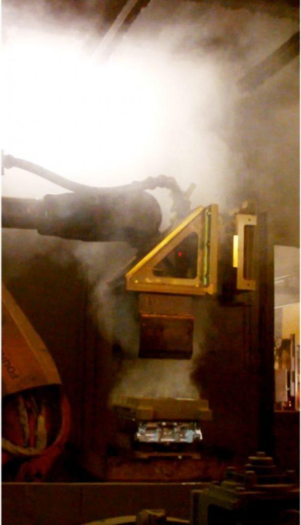 Nagy intenzitású füstkibocsátás a kokillanyitás után