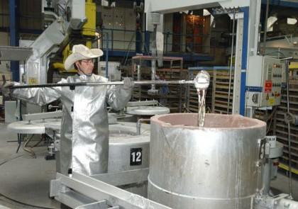 Öntőüstből mintavételezés alumínium öntödében